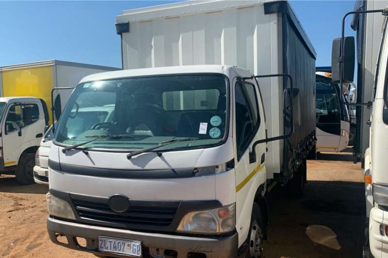 Hino Truck Curtain side 300 2010
