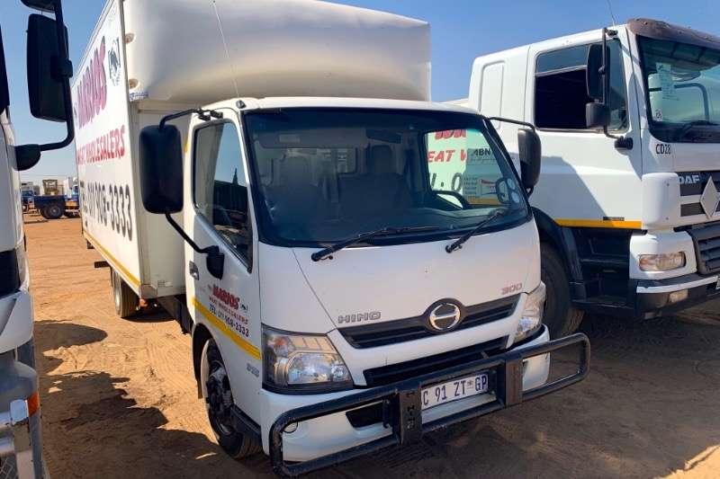 Hino Truck Volume body 300 915 2012