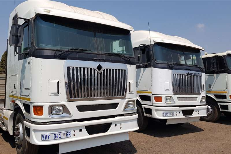International Double axle 9800i Midroof Cummins ISX Auto Truck tractors
