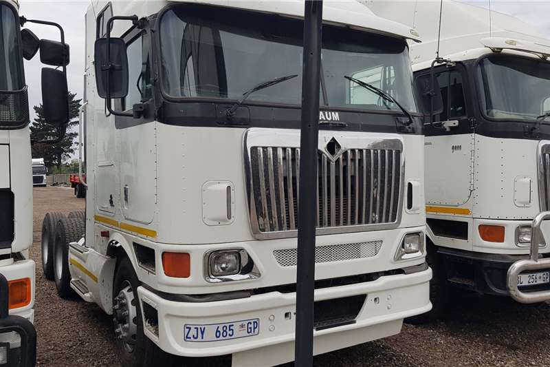 International Truck Tractors Double Axle 9800i Midroof ISX Auto