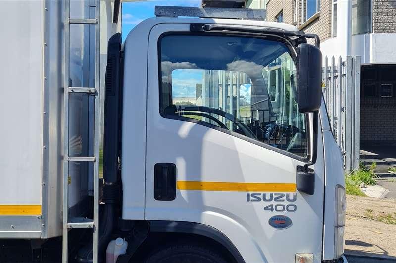 2017 Isuzu  2017 Isuzu NPR400 AMT with Refrigerated Unit