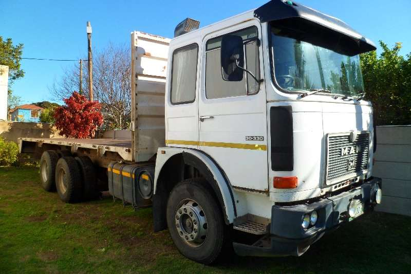 MAN Truck Flat deck 30 330 16 ton double diff 1990