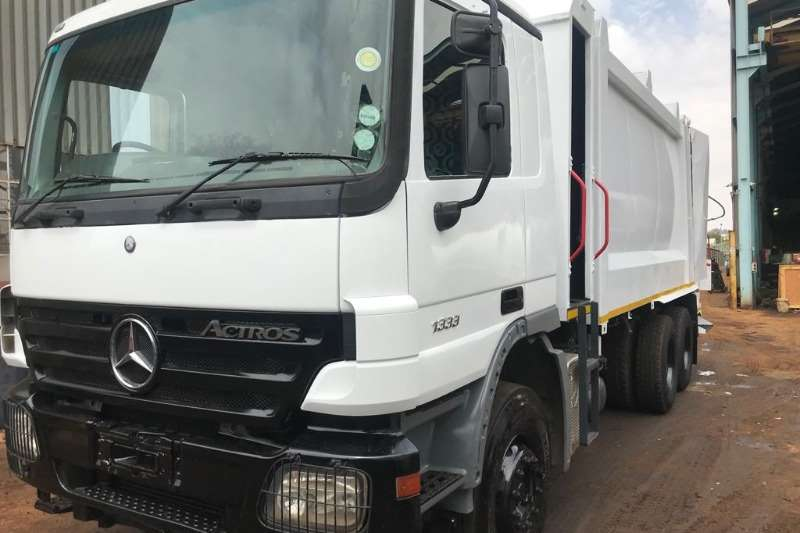 Mercedes Benz Truck Compactor 3331 Heil 5000 Compactor with Lifters 2007