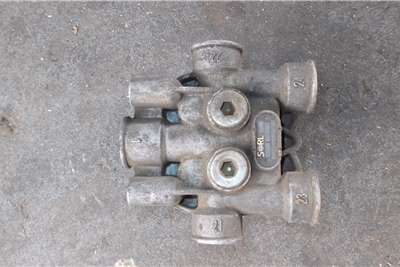 Mercedes Benz Brake systems 4 Way Valve Truck spares and parts
