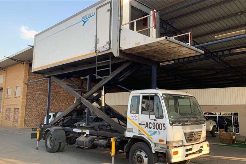 Nissan UD 90 F/C Scissor lift volume van Box trucks