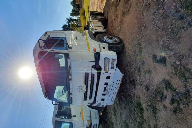 Nissan Truck-Tractor Double axle NISSAN UD 390 6X4 MECHANICAL HORSE 2010