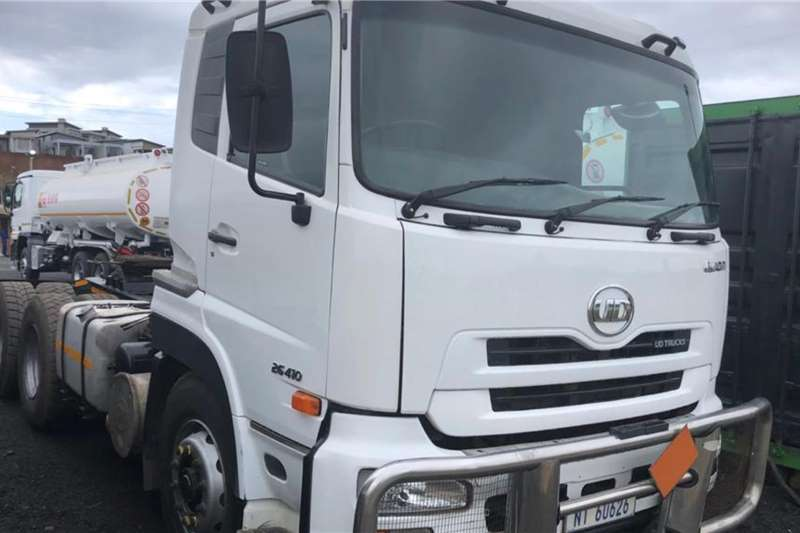 Nissan Double axle 2 x 2011 NISSAN UD 26 410 with Hydraulics Truck tractors