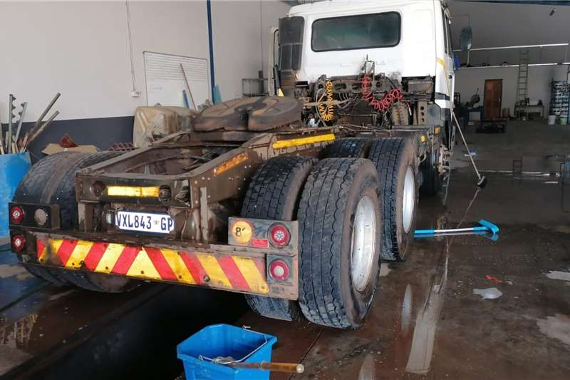 Nissan Double axle Nissan UD 440 Double Axle Horse Truck tractors