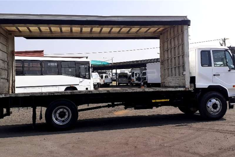 Nissan UD 80 CURTAINSIDE Truck