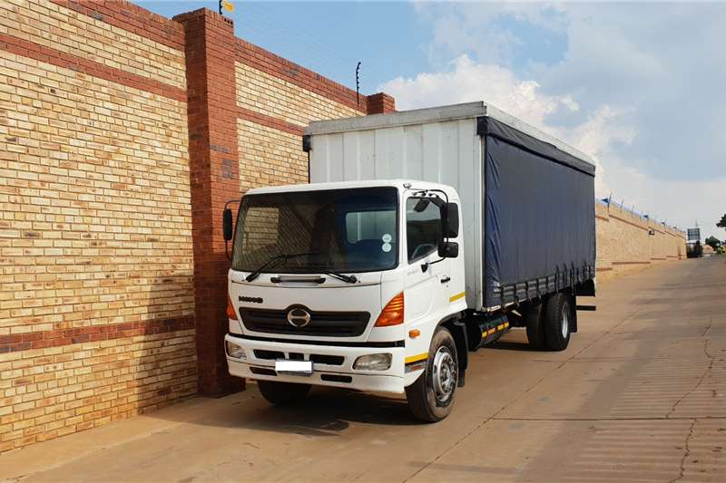 Toyota Truck HINO 500,1626,8 TON WITH TAUTLINER BODY 2010