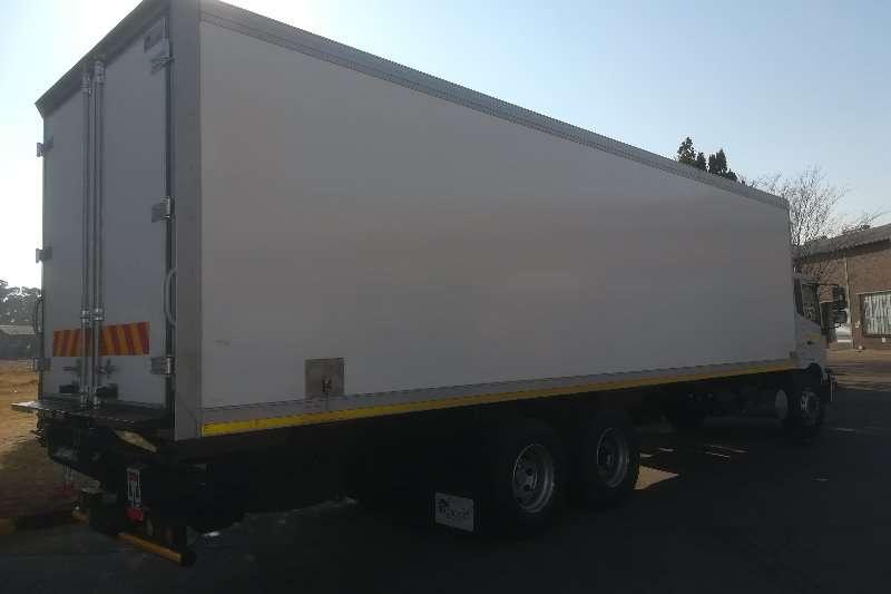 UD Box trucks UD CRONER PKE 250 AMT   TAG AXLE 2019