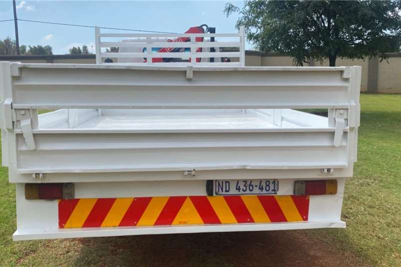 UD NISSAN UD 40 CRANE TRUCK WITH DROPSIDE BODY Crane trucks