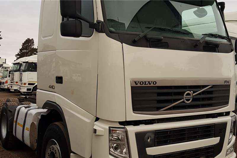 Volvo Double axle FH440 V3 Retarder, Hydraulics, New Tires Truck tractors